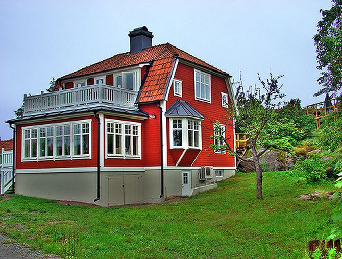 An Englishman lives in the red house.
